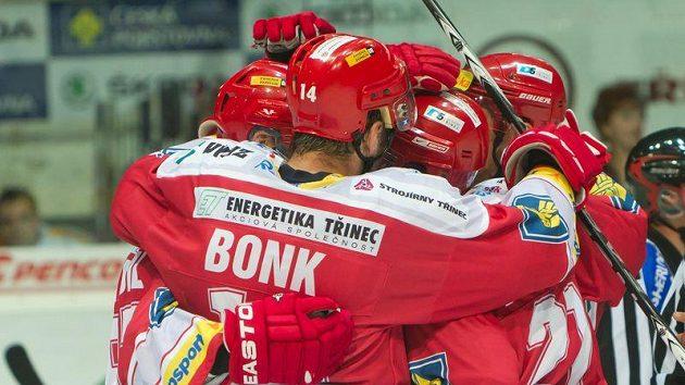 Hokejisté Třince se radují z gólu do sítě Slavie.