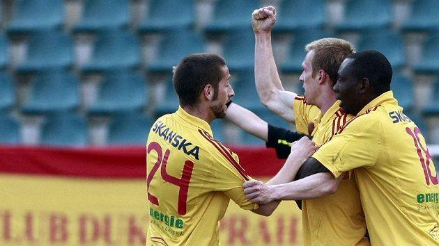 Fotbalisté Dukly se radují z branky.