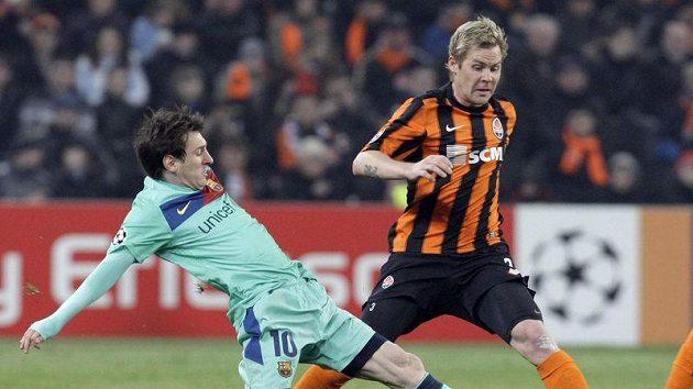Tomáš Hübschman (vpravo) ze Šachtaru Doněck bojuje o míč s Lionelem Messim z Barcelony.