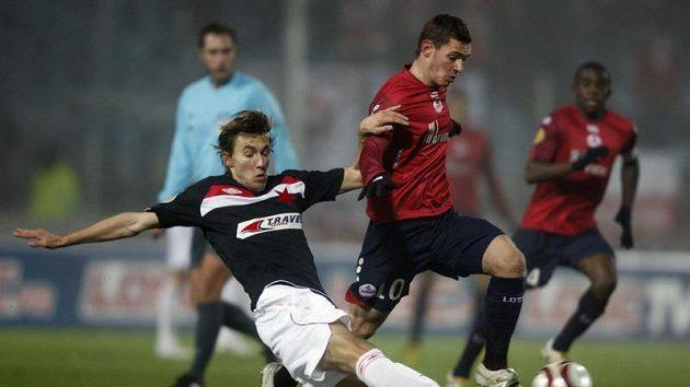 Jan Hošek ze Slavie (vlevo) se snaží odebrat míč Ludovicu Obraniakovi z Lille.