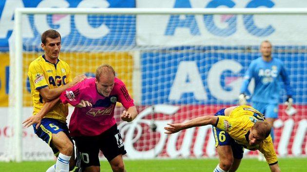 Tepličtí hráči Admir Ljevaković (vlevo) a Vlastimil Vidlička se snaží zastavit Pavla Mezlíka z Českých Budějovic.