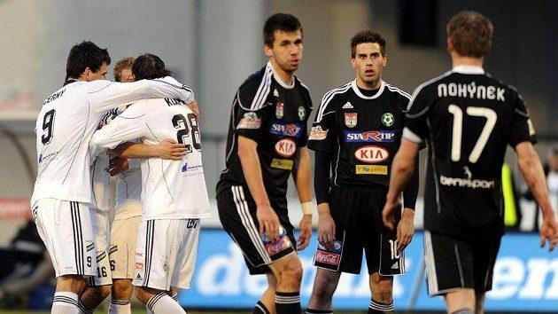Hradečtí fotbalisté (vlevo) se radují z gólu do sítě Příbrami.