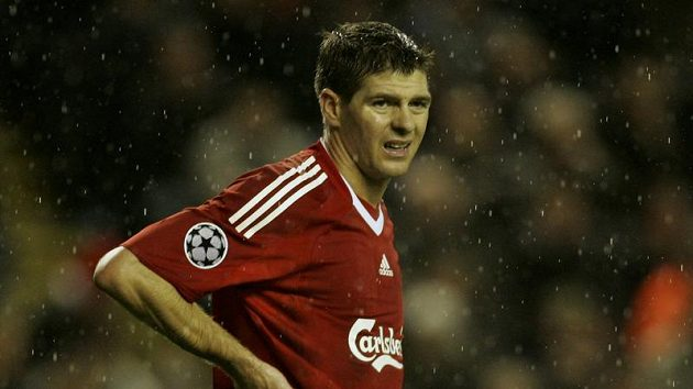 Zklamaný kapitán fotbalistů Livepoolu Steven Gerrard
