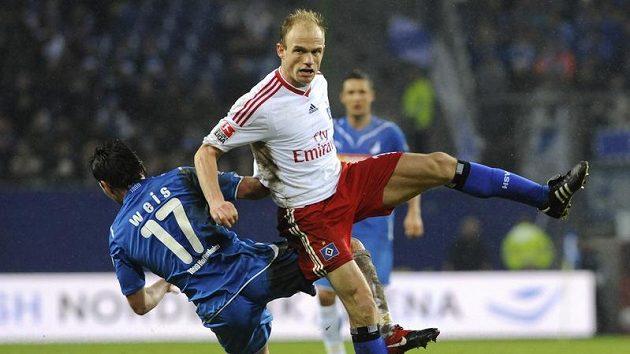 Záložník Hamburku David Jarolím (v bílém) v souboji s Tobiasem Weisem z Hoffenheimu