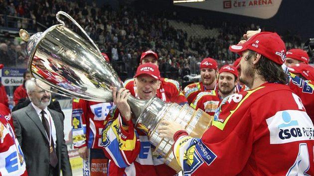 Brankář Pardubic Dominik Hašek (uprostřed) slaví se spoluhráči zisk mistrovského poháru.