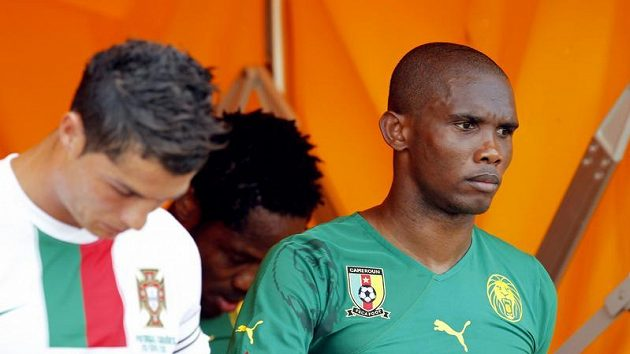 Kapitán Kamerunců Samuel Eto'o (vpravo)