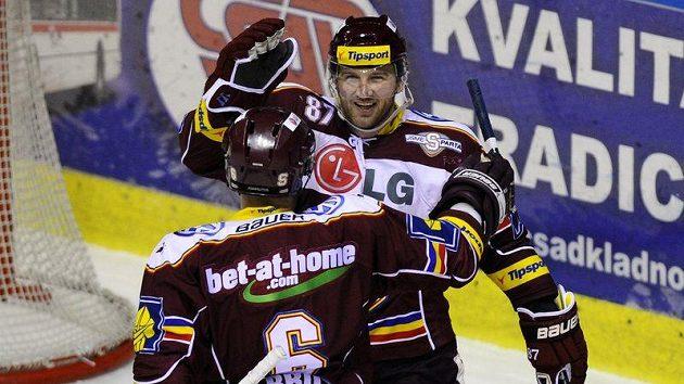 Autor gólu Sparty Petr Ton (čelem) se raduje se spoluhráčem Michalem Brošem. Ilustrační foto.