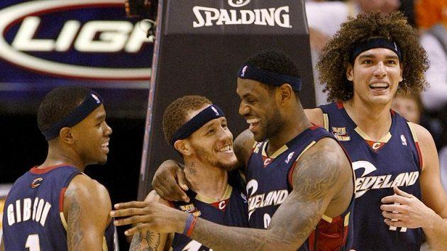Radost basketbalistů Clevelandu Delonate Westa (uprostřed) a LeBrona Jamese (druhý zprava).