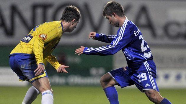 Fotbalista Samir Merzič (vlevo) z Teplic v souboji o míč s Pavlem Šultesem z Olomouce