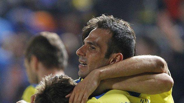 Gustavo Manduca (vlevo) v objetí hráčů po vítězném gólu.