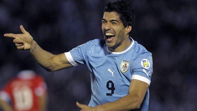 Uruguayec Luis Suárez se raduje z jedné ze svých čtyř branek proti Chile.