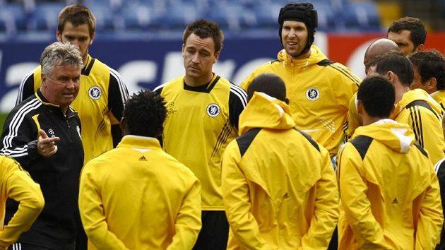 Guus Hiddink (vlevo) na jednom z posledních tréninků Chelsea.
