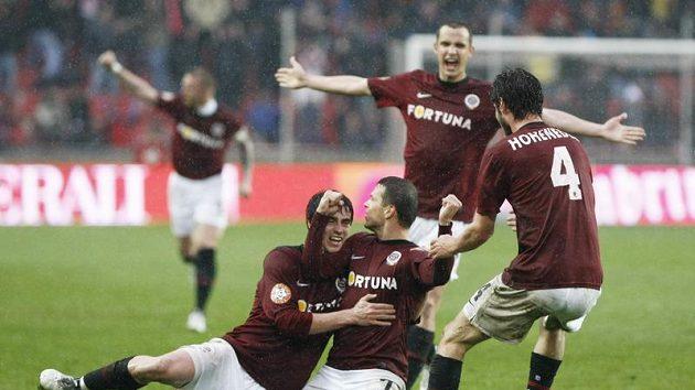 Libor Sionko v dresu Sparty (uprostřed) se raduje se spoluhráči z branky do sítě Slavie.