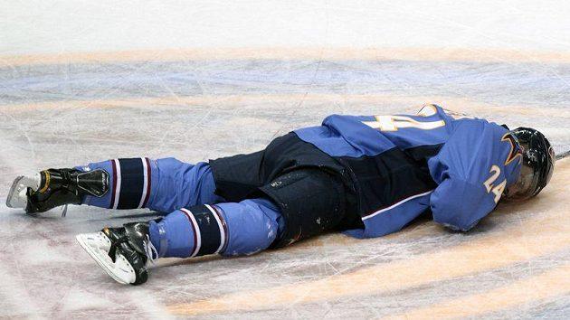 Obránce Atlanty Freddy Meyer po ztrátě paměti zůstal ležet na ledě.