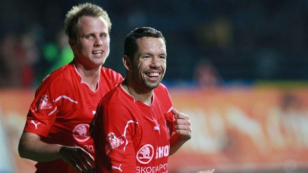 David Limberský (vlevo) a Pavel Horváth z Plzně se radují z branky, kterou po neproměněné penaltě vsítil Rezek.