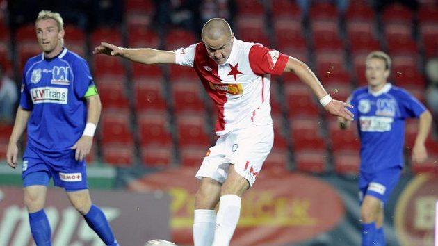 Slávista Adam Hloušek střílí v utkání proti Ústí nad Labem.