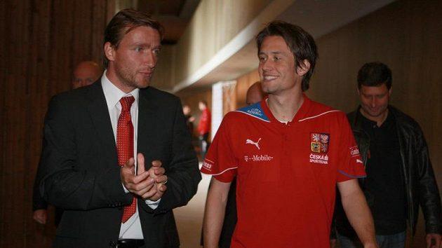 Tomáš Rosický (vpravo) a Vladimír Šmicer na srazu fotbalové reprezentace, kdy ještě vládl optimismus před zápasem s Litvou.
