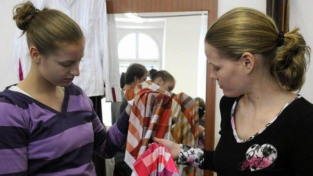 České basketbalové reprezentantky Markéta Bednářová (vpravo) a Kateřina Elhotová vybírají ze vzorníku barvy pro společenské modely.