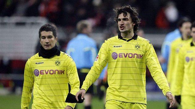Smutní fotbalisté Borussie Dortmund Nuri Sahin a Mats Hummels