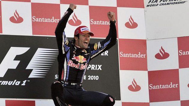 Australský pilot formule 1 ze stáje Red Bull Mark Webber se raduje z vítězství ve Velké ceně Velké Británie.