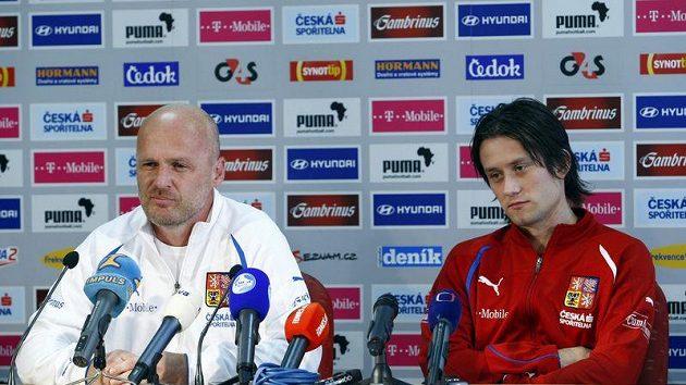 Trenér české fotbalové reprezentace Michal Bílek a kapitán Tomáš Rosický.