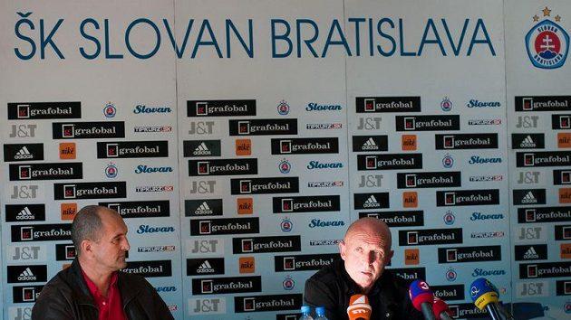 Trenér Slovanu Bratislava Karel Jarolím (vpravo) a jeho asistent Tibor Mičinec na tiskové konferenci.