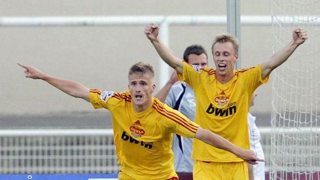 Jan Pázler z Dukly (vlevo) se raduje ze vstřeleného gólu do sítě Českých Budějovic. Vpravo jeho spoluhráč Tomáš Berger.