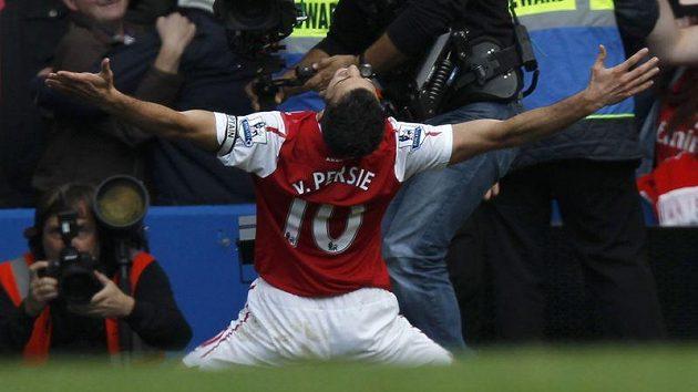 Nizozemský fotbalista Robin Van Persie se raduje z branky.