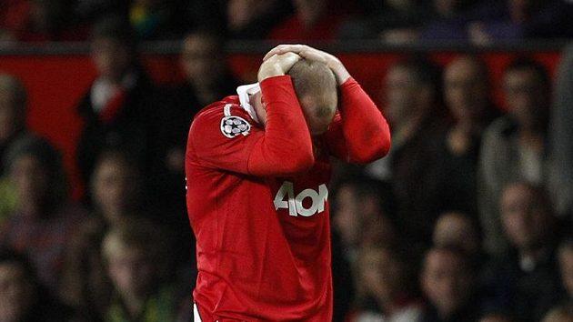 Wayne Rooney se chytá za hlavu, gól ne a ne dát...