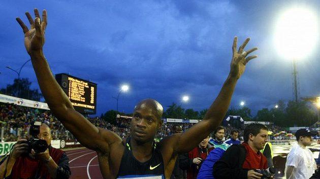 Jamajský sprinter Asafa Powell se raduje z víězství na trati 100 metrů na mítinku Zlatá tretra v Ostravě.