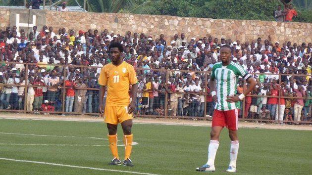 Útočník Sparty Bony Wilfried (vlevo) v reprezentačním dresu Pobřeží slonoviny v kvalifikačním duelu s Burundi.