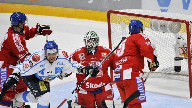 Fin Leo Komarov z Finska (druhý zleva) se raduje z branky, kterou hájí gólman Marek Schwarz (druhý zprava).