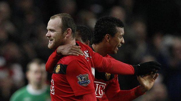 Wayne Rooney (vlevo) se raduje z jedné ze svých 21 letošních tref v dresu Manchesteru United.
