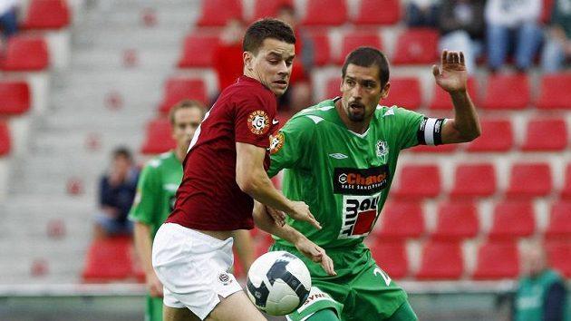 Sparťan Ondřej Kušnír si kryje míč před Petrem Pavlíkem z Jablonce