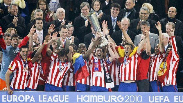 Fotbalisté Atlétika Madrid oslavují získ poháru pro vítěze Evropské ligy.