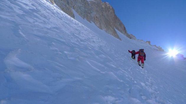 I při úspěšném výstupu na Gasherbrum II museli čeští horolezci bojovat s novým sněhem.