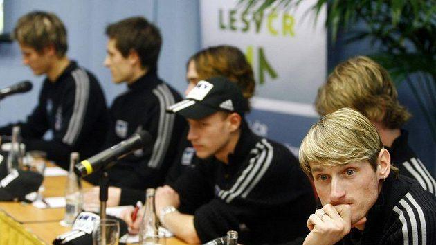 Jakub Janda (vpravo) společně s dalšími skokany na lyžích na tiskové konferenci.