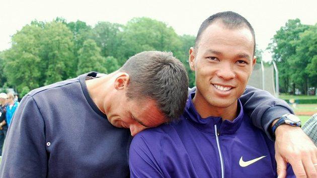 """Roman Šebrle """"pláče"""" na rameni Bryana Claye poté, co obě hlavní hvězdy kladenského desetiboje skončily už v první disciplíně."""