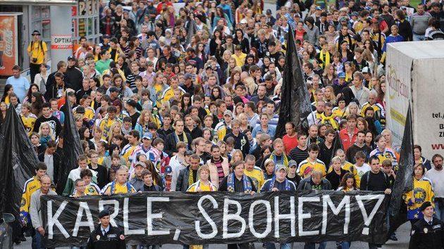 Smutečním pochodem uctili fanoušci 9. září ve Zlíně památku Karla Rachůnka, jednoho z hokejistů, kteří zemřeli při letecké nehodě u ruské Jaroslavli.
