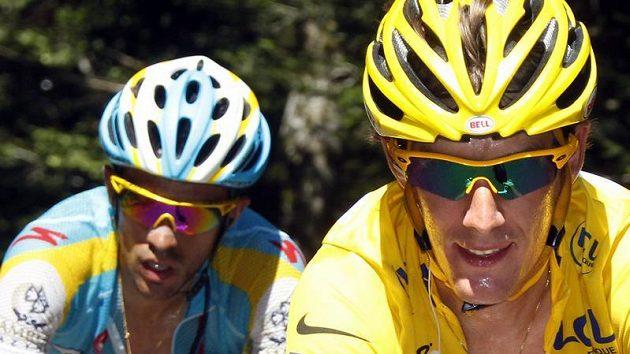 Alberto Contador (vlevo) stíhá vedoucího Andy Schlecka během Tour de France