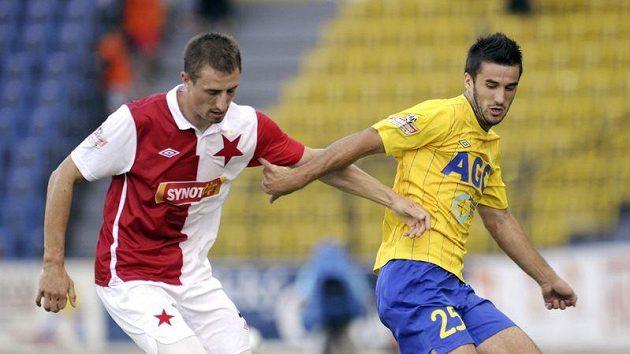 Aidin Mahmutovič z Teplic (vpravo) bojuje se slávistou Josefem Kaufmanem o míč.