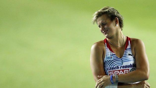 Momentka z finále oštěpařek - Barbora Špotáková se po odhodu v bolestivé grimase drží za loket.