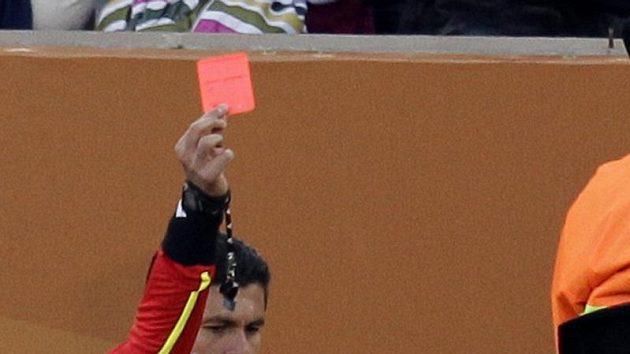 Reakce nigerisjkého fotbalisty Saniho Kaity po obdržení červené karty proti Řecku.