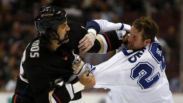 Colton Orr z Toronta (vpravo) v bitce s George Parrosem z Anaheimu