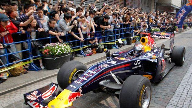 Švýcar Sebastian Buemi během promoční jízdy Red Bullu v Japonsku.