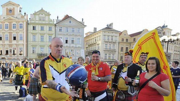 Skotští fanoušci se bavili 8. října na Staroměstském náměstí v Praze.