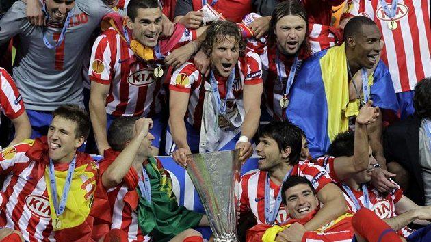 Obránce Atlétika Madrid Tomáš Ujfaluši (vpravo vedle Forlána držícího pohár) po vítězném finále Evropské ligy s Fulhamem.