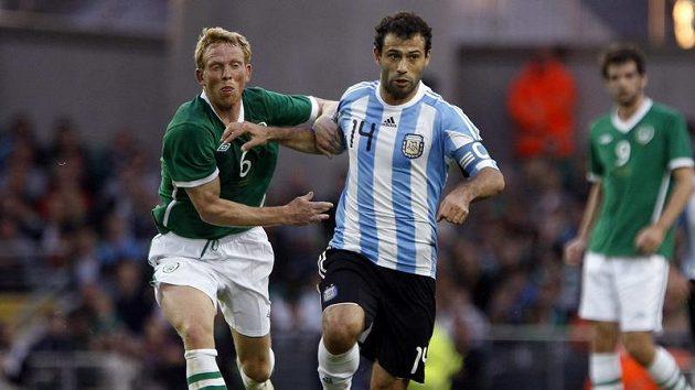 Javier Mascherano v pruhovaném argentinském dresu při přátelském utkání s Irskem obchází Paula Greena.