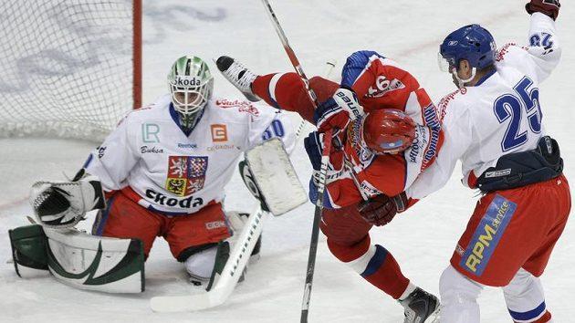 Jaroslav Bednář (25) fauluje před brankou Marka Schwarze útočníka Ruska Olega Saprykina
