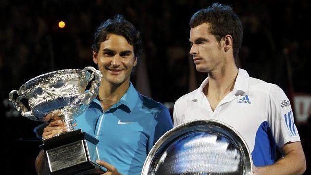 Roger Federer (vlevo) a Andy Murray po finále Australian Open